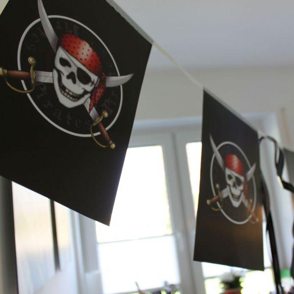 Papier Flaggenkette Piraten, schwarz-rot